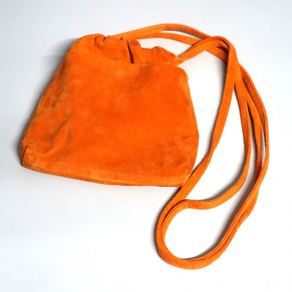 <img class='new_mark_img1' src='https://img.shop-pro.jp/img/new/icons13.gif' style='border:none;display:inline;margin:0px;padding:0px;width:auto;' />URU(ウル)/LEATHER POUCH/Orange