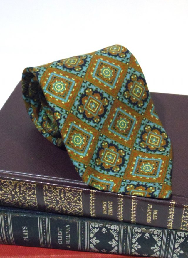 Vintage UK Silk Neck Tie <img class='new_mark_img2' src='https://img.shop-pro.jp/img/new/icons8.gif' style='border:none;display:inline;margin:0px;padding:0px;width:auto;' />