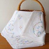 オーストリア 小花刺繍のテーブルクロスWH 十字鍵編みレース