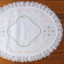 オーストリア クロスステッチ刺繍のオーバルクロスWH ピンクの花×鍵編みの縁取り