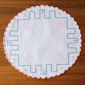 ハンガリー クロスステッチ刺繍のドイリーWH ピンクの縁取り