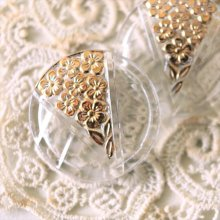 チェコ ボヘミアガラスのボタン 三角形の小花たち/CL
