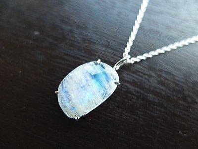 1点もの「愛の石」恋愛成熟のお守り、家族や親しい友人などの危険を知らせ、その危険から守ってくれると伝えられている 宝石質大粒レインボームーンストーンシルバー925製ネックレス