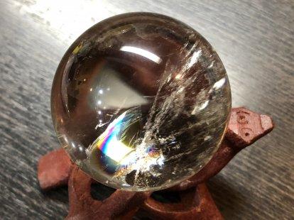 虹色の数(7つ)だけ願いが叶う幸せの石、持ち主を7色に輝かせカリスマ性や人気運、人脈運、仕事運アップに導く石、万能の石とされ強力な癒し効果があるアイリスクォーツ50�水晶玉NO,6水晶台座付き