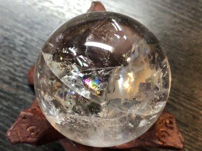虹色の数(7つ)だけ願いが叶う幸せの石、持ち主を7色に輝かせカリスマ性や人気運、人脈運、仕事運アップに導く石、万能の石とされ強力な癒し効果があるアイリスクォーツ45�水晶玉NO,7水晶台座付き