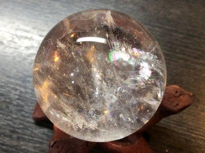 虹色の数(7つ)だけ願いが叶う幸せの石、持ち主を7色に輝かせカリスマ性や人気運、人脈運、仕事運アップに導く石、万能の石とされ強力な癒し効果があるアイリスクォーツ55�水晶玉NO,9水晶台座付き