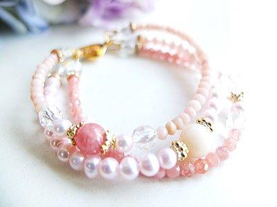 「バラ色の人生」を象徴すると共に、ソウルメイトを引き寄せる力を持つインカローズ、ローズクォーツ、愛情に満ちた自己表現力を高め女性なら誰もがあこがれる「愛される力」を高めるピンクオパール、天然水晶