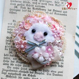 【1点もの】刺繍作家 白雪小箱【ほっぺ文鳥*白文鳥・ピンク】小鳥の刺繍ブローチ