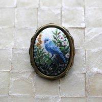 アクセサリー作家 mimeruミメル 身につける絵画【青い鳥×波型オーバル枠・縦約3cm】小鳥のブローチ