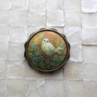 アクセサリー作家 mimeruミメル 身につける絵画【オレンジ背景の鳥×波型丸い枠・縦3cm】小鳥のブローチ