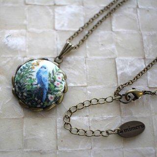 アクセサリー作家 mimeruミメル 身につける絵画【青い鳥×波型丸い枠・縦約2cm】小鳥のネックレス