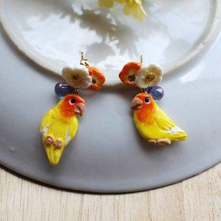【残り僅か!】ミニチュア作家 aietta コザクラインコ【ルチノー】ピアスorイヤリング*花鳥*オレンジ・ホワイトの花とチェコガラスの雫