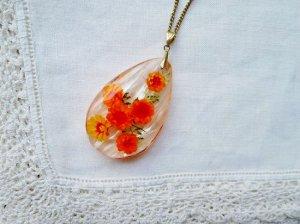 オレンジ色のお花のネックレス