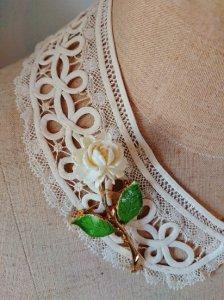白薔薇のブローチ