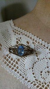 爽やかなブルーのグラスストーンブローチ