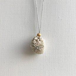 アロマペンダント<br />ポッシュ・ド・アロマ ミニ<br />アイボリー×リボン(シルバー) 水晶