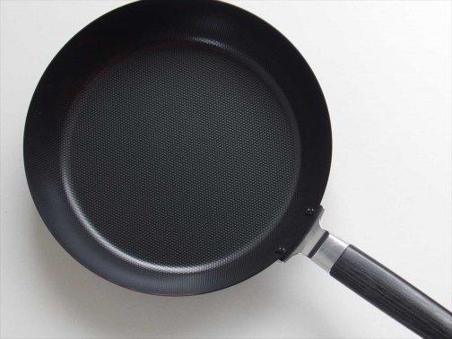 台所で:鉄エンボスフライパン