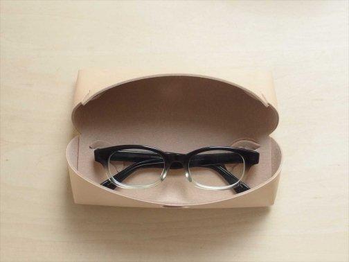 屋外で:メガネケース