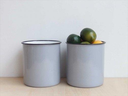 台所で:ホーロー筒型容器