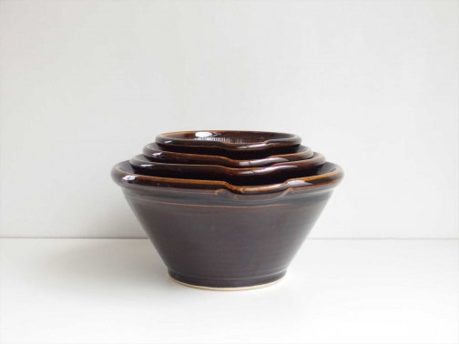 台所で:飴釉すり鉢