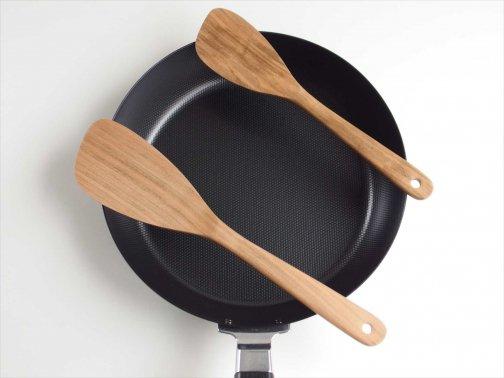 台所で:木の調理べら(ターナー)