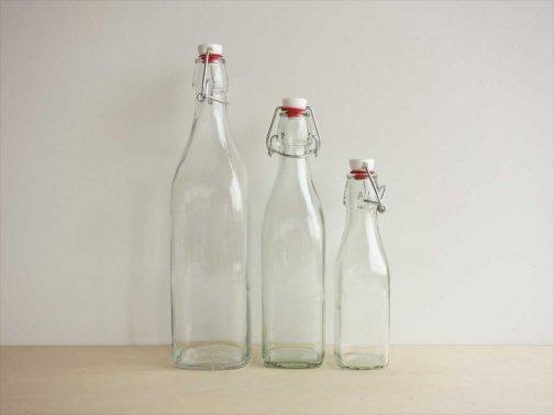 台所で:ガラスボトル