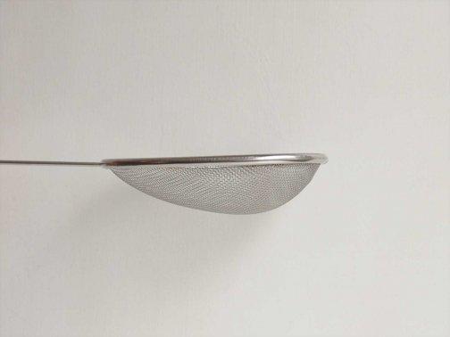 台所で:鍋からすくいザル
