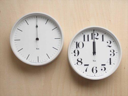 室内で:真っ白な壁時計