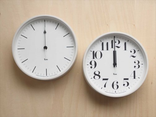 真っ白な壁時計