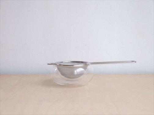 飲食に:茶漉しとガラス皿
