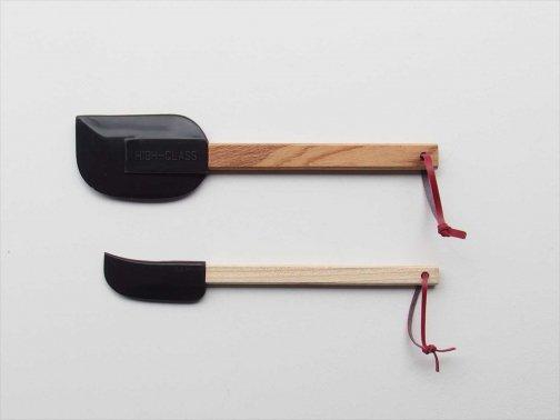 台所で:木柄スクレーパー