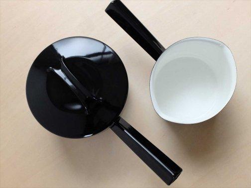 台所で:黒い琺瑯パン