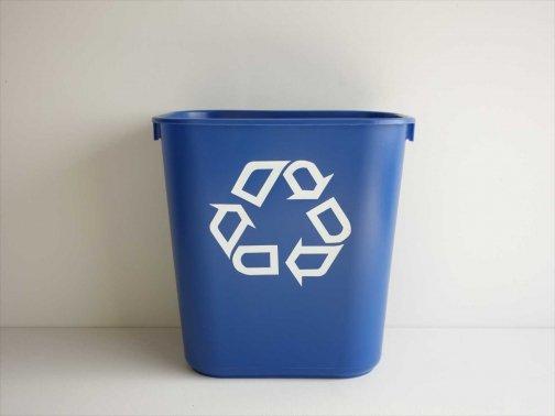 室内で:青色ゴミ箱