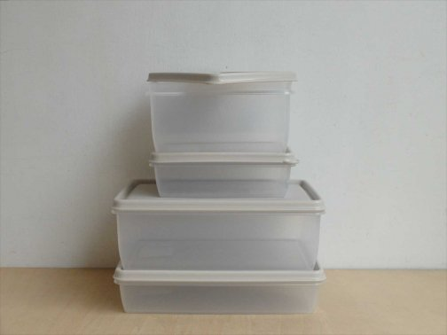 台所で:プラスチック保存容器