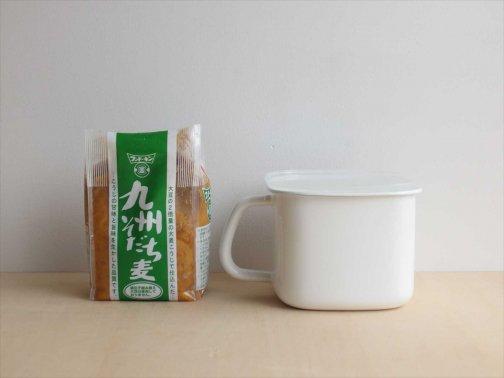 台所で:味噌容器