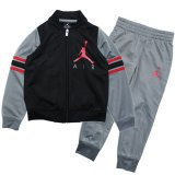 <img class='new_mark_img1' src='//img.shop-pro.jp/img/new/icons20.gif' style='border:none;display:inline;margin:0px;padding:0px;width:auto;' />20%OFF【JORDAN】スリーブライン ジャージセットアップ (85-122cm) BK/GY