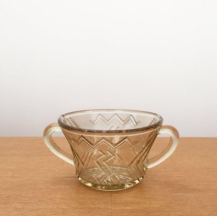琥珀色のガラスの両手付きシュガーカップ