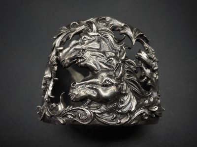 <img class='new_mark_img1' src='https://img.shop-pro.jp/img/new/icons2.gif' style='border:none;display:inline;margin:0px;padding:0px;width:auto;' />silly essence/pharaoh horse bangle