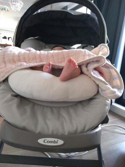電動ハイローチェアを使用中の赤ちゃん