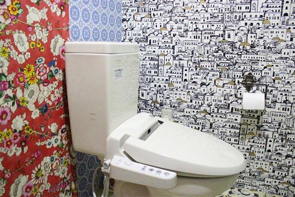 輸入壁紙の魅力満載のトイレ