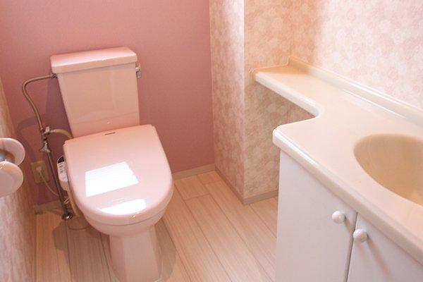 壁紙を張り替えて、やさしいフローラルエレガントなトイレ