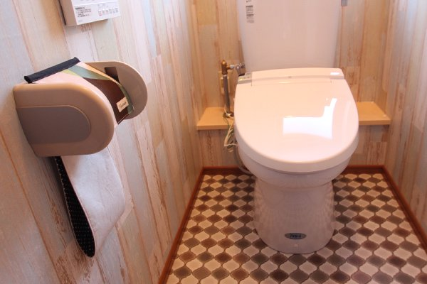 木目調壁紙とモロカンタイル柄床材を組み合わせたおしゃれなトイレ空間