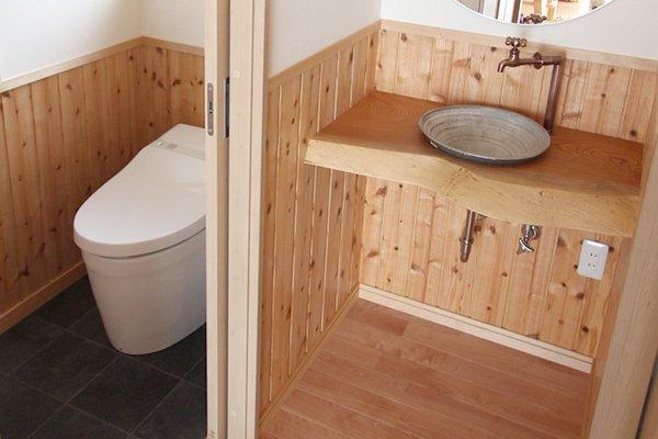トイレ手洗い、無垢一枚板に常滑焼手洗鉢のオリジナル手洗カウンター