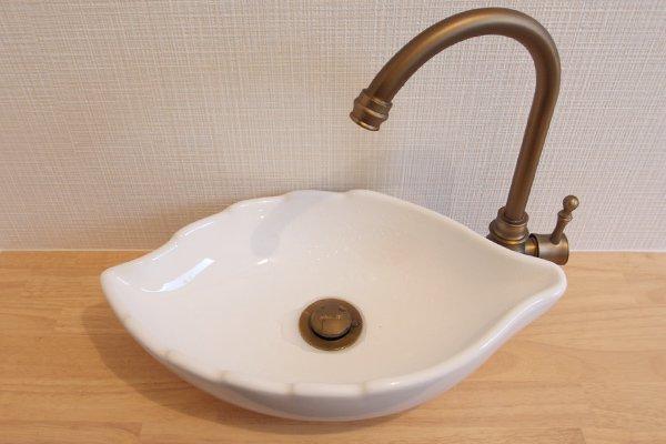 """トイレと手洗器交換、横長ワイドでかわいい""""木の葉型""""手洗器にリフォーム"""