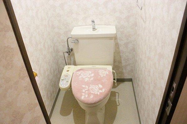 トイレのドアと壁紙を貼り替え