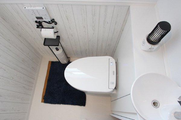 白×黒モノトーンインテリアなトイレ