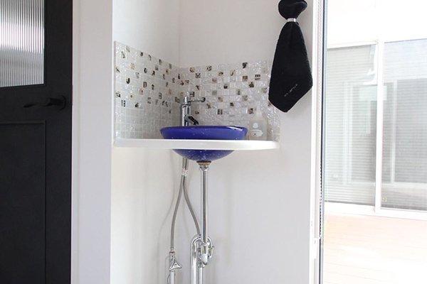 玄関に星空ガラス手洗い器のあるフレンチハウス
