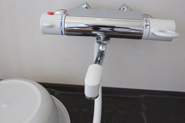 お風呂のシャワー、水栓金具類をメタル調に交換
