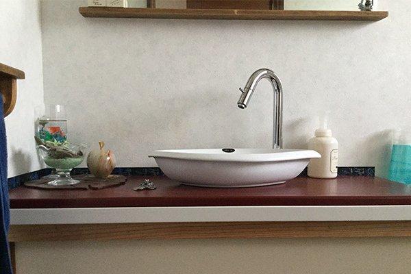コンパクト手洗い器の設置、雑貨とあわせて飾る