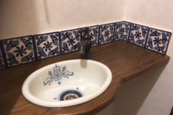 花柄ブルーフラワータイルと手洗い器を合わせたエレガントな手洗い台